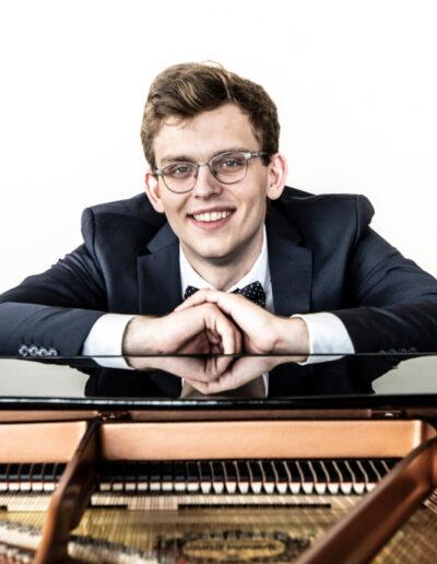 Maciej Frączek - fortepian główny, akompaniament